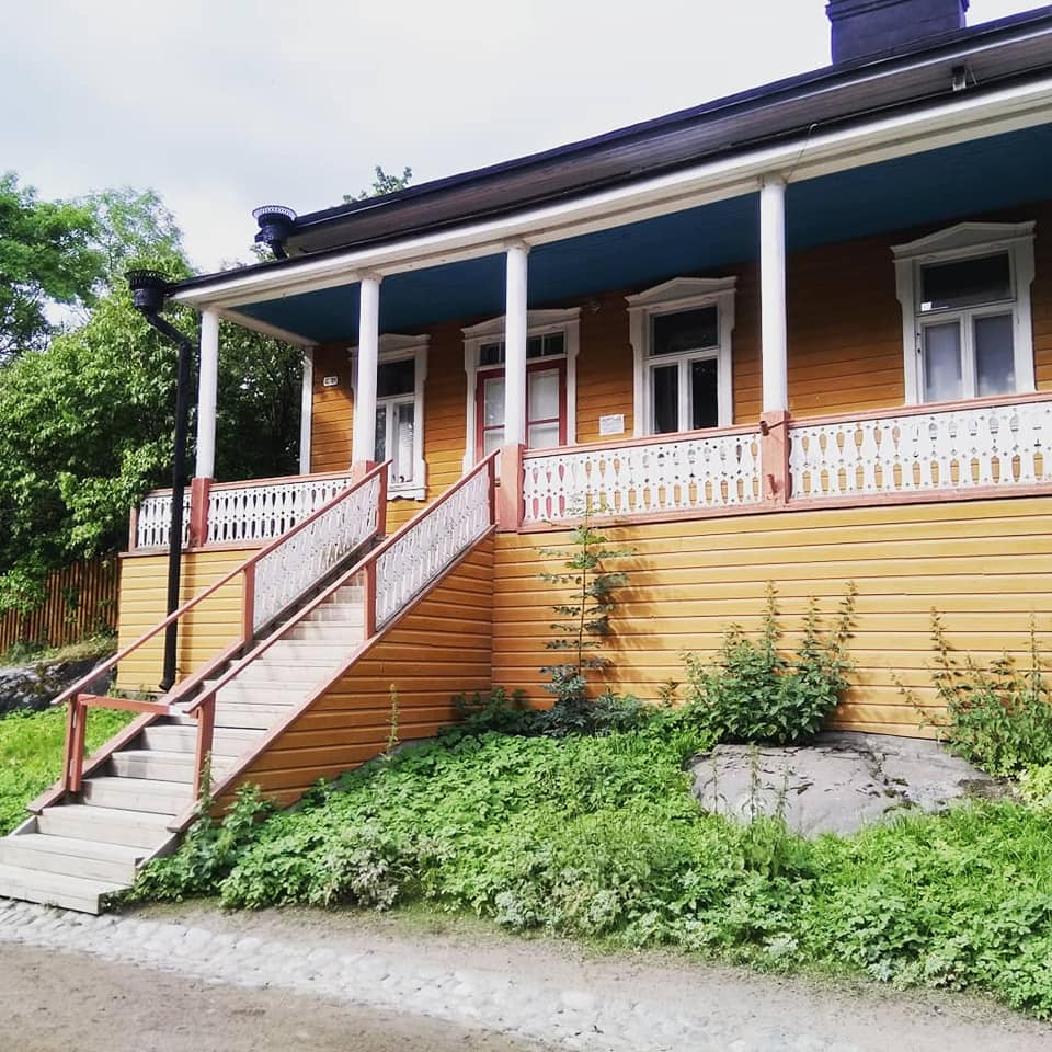 A yellow Russian-style wooden summer house on Suomenlinna island in Helsinki